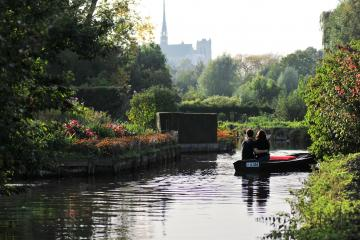 Photo d'une barque dans les Hortillonnages avec un couple en visite.
