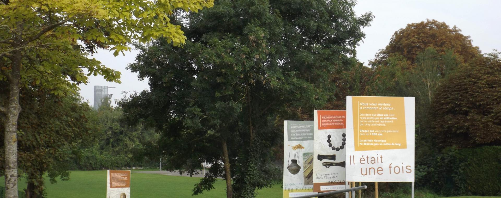 Photo de l'entrée du jardin archéologique de Saint-Acheul avec ses panneaux d'interprétation.