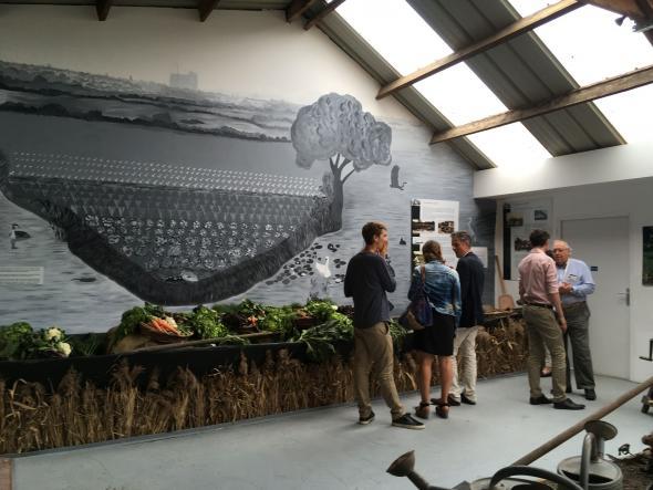 Musée des Hortillonnages à Rivery. Vue intérieure avec des étals de légumes et des visiteurs.