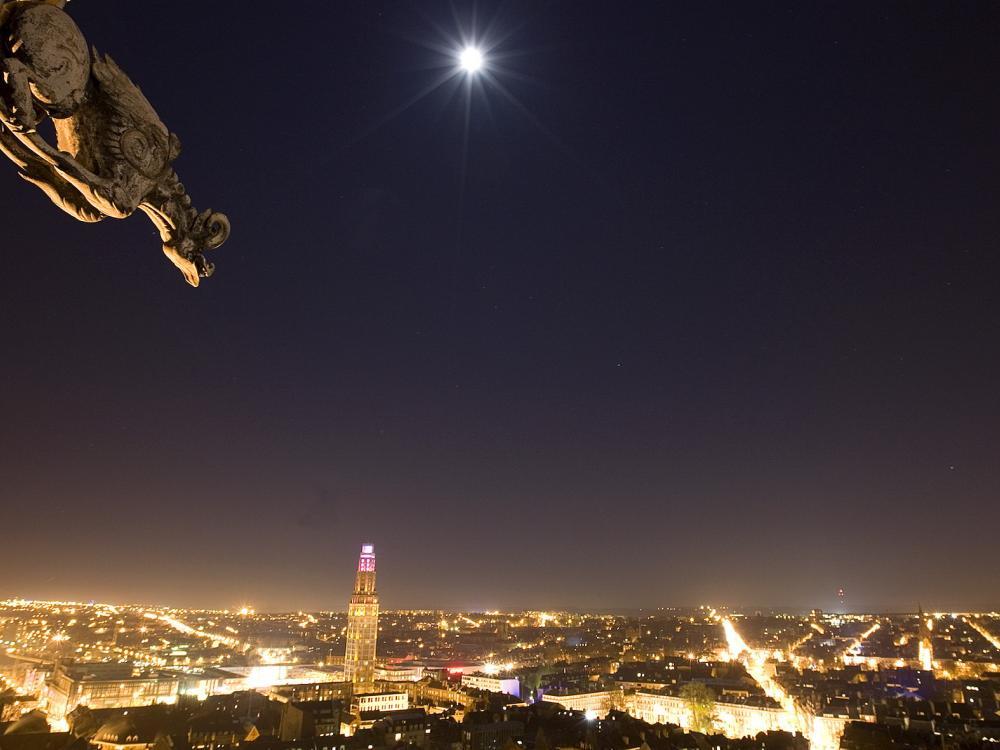 Vue de nuit sur Amiens depuis les hauteurs de la cathédrale Notre-Dame
