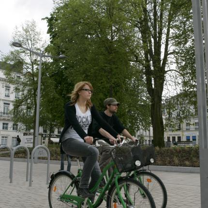 Couple à vélo se promenant en centre-ville d'Amiens