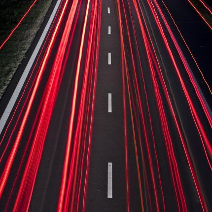 Photo de nuit d'une autoroute