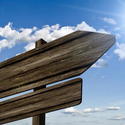 Photo de panneaux de direction en bois