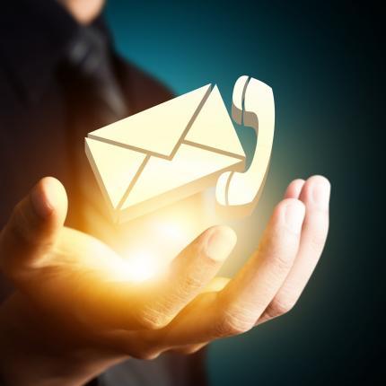 Photo d'une main avec des hologrammes symbolisant les contacts par mail ou téléphone