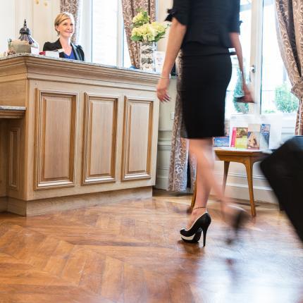 Photo d'une clientes arrivant dans un hôtel