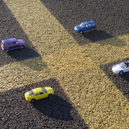 Photo de quatre voitures stationner sur un parking rue