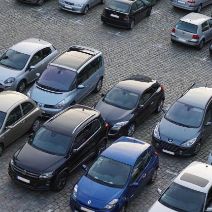 Photo d'un parking avec de nombreuses voitures de stationnées