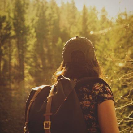 Photo d'une randonneuse dans une forêt