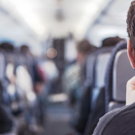Photo d'un homme assis dans un train
